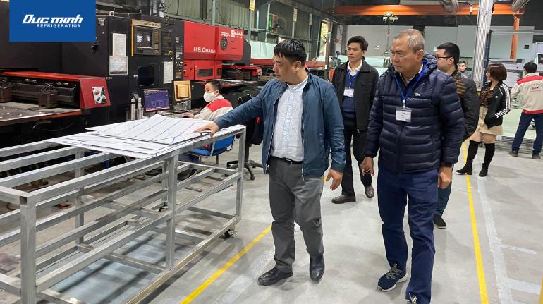 Đoàn khách thăm quan khu nhà xưởng sản xuất của Đức Minh